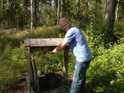 Anders demonstrates how to use the well.